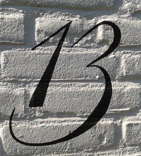 Huisnummer op muur
